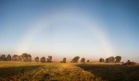 罕见的自然现象 有薄雾的彩虹 库存照片