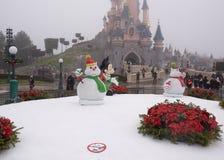 罕见的访客走入大雪的迪斯尼乐园巴黎 图库摄影