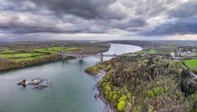 罗伯特・斯特芬松不列颠尼亚桥梁运载路和铁路横跨Menai海峡之间, Snowdonia和Anglesey 库存照片