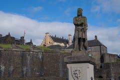 罗伯特・布鲁斯雕象在斯特灵城堡,苏格兰前面的 图库摄影