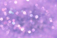 紫罗兰与bokeh光的被弄脏的背景 免版税库存图片