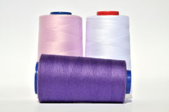 紫罗兰和白色螺纹 库存照片