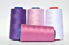 紫罗兰和白色螺纹 免版税库存图片