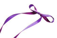 紫罗兰色丝带和弓 查出在空白背景 免版税图库摄影