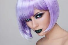紫罗兰色假发和绿色构成 免版税库存照片