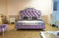 紫罗兰色减速火箭的床 免版税图库摄影