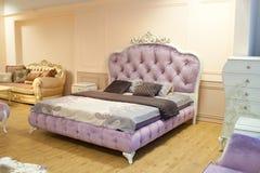 紫罗兰色减速火箭的床 免版税库存照片