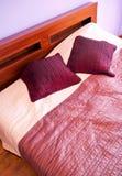 紫罗兰色卧室 免版税库存照片