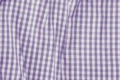 紫罗兰色和白色方格的织品背景纹理 免版税图库摄影