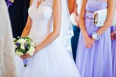 紫罗兰色婚礼花束在手边 库存图片