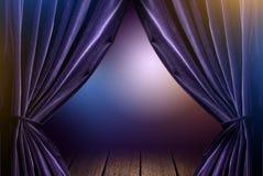 紫罗兰色帷幕在有剧烈的光的剧院 免版税图库摄影