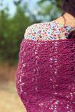 紫罗兰色披肩的妇女 库存照片