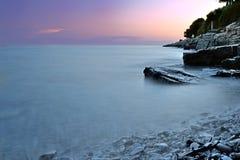 紫罗兰色日落在克罗地亚 库存图片