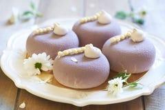 紫罗兰色点心用黑醋栗、薄酥饼和蛋白甜饼 库存图片