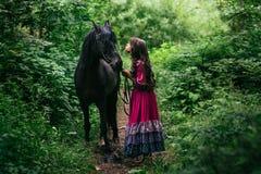 紫罗兰色礼服的美丽的吉普赛人 免版税库存图片