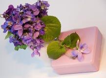 紫罗兰色自然肥皂 库存图片