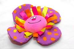 紫罗兰色花被充塞的玩具 库存照片