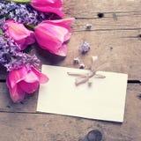 紫罗兰色芳香丁香、桃红色郁金香花和空标识符在v 免版税图库摄影