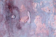 紫罗兰色街道墙壁,年迈的和损坏的水泥表面 织地不很细石油漆 免版税库存图片