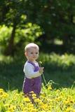 紫罗兰色总体的小女孩 免版税图库摄影