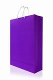 紫罗兰色购物袋,隔绝与在白色backgr的裁减路线 库存照片