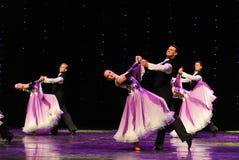 紫罗兰色以色列民间舞蹈这奥地利的世界舞蹈 免版税库存图片