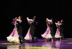 紫罗兰色以色列民间舞蹈这奥地利的世界舞蹈 免版税图库摄影