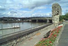 罗切斯特城堡在河梅德韦,英国的庭院和罗切斯特桥梁 免版税库存照片