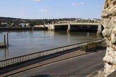 罗切斯特桥梁看法从罗切斯特城堡地面的 免版税库存照片