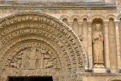 罗切斯特,英国:在罗切斯特大教堂门面的特写镜头和与雕刻的西部入口 免版税库存照片