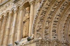 罗切斯特,英国:在罗切斯特大教堂门面的特写镜头和与雕刻的西部入口 免版税库存图片