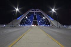罗利大道桥梁在晚上 免版税库存照片
