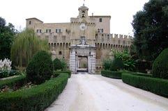 罗卡普廖拉中世纪城堡,在Esino r的左边 库存图片