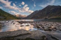 罗基湖围拢了与山在蓝天,阿尔泰山高地自然秋天风景照片下 免版税图库摄影