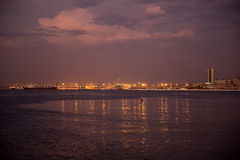 罗安达港口,安哥拉沿海岸区_Night_Ships_Cranes 库存图片