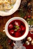 罗宋汤,甜菜根汤用小饺子用充塞在一个陶瓷碗的蘑菇 传统圣诞前夕盘在波兰 免版税库存图片