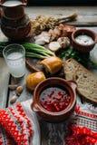 罗宋汤-在黏土碗的甜菜根汤在木背景,乌克兰和俄国烹调传统盘  库存照片