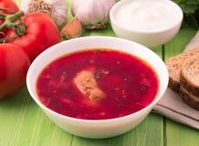 罗宋汤-根据甜菜的汤,它有典型红颜色 东部斯拉夫人的一个传统盘,第一顿主要膳食  免版税库存照片