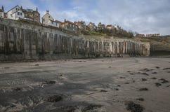 罗宾汉` s海湾、村庄的房子和海滩 免版税库存图片