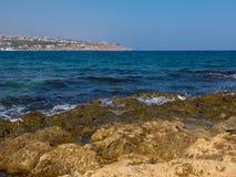 罗希姆诺,希腊- 2016年7月31日:岩石地中海海滩 免版税图库摄影