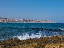 罗希姆诺,希腊- 2016年7月31日:岩石地中海海滩 库存照片