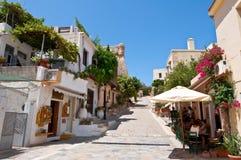 罗希姆诺, CRETE-JULY 23 :游人有休息在7月23,2014的一家地方餐馆在老镇在海岛上的罗希姆诺市 免版税库存图片