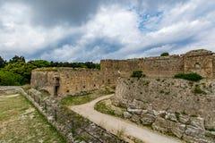 罗得岛和护城河中世纪墙壁在多云天空,希腊下 免版税库存照片