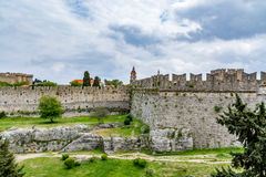 罗得岛和护城河中世纪墙壁在多云天空,希腊下 库存图片
