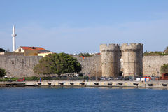 罗得岛城镇中世纪堡垒的墙壁  图库摄影