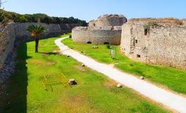 罗得岛老镇的设防-护城河和墙壁,在右边的意大利塔,希腊看法  免版税图库摄影