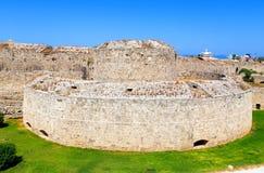 罗得岛老镇的设防-护城河和墙壁,意大利塔希腊看法  免版税库存照片