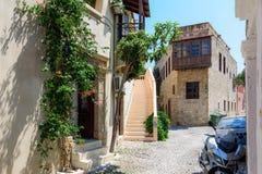 罗得岛镇街道有老房子和狭窄的街道的 免版税库存照片