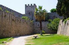 罗得岛镇,希腊极大的古老墙壁  免版税库存照片