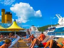 罗德城,托尔托拉岛,英属维尔京群岛- 2013年2月06日:休息在口岸的人民在游轮肋前缘Luminosa 库存照片
